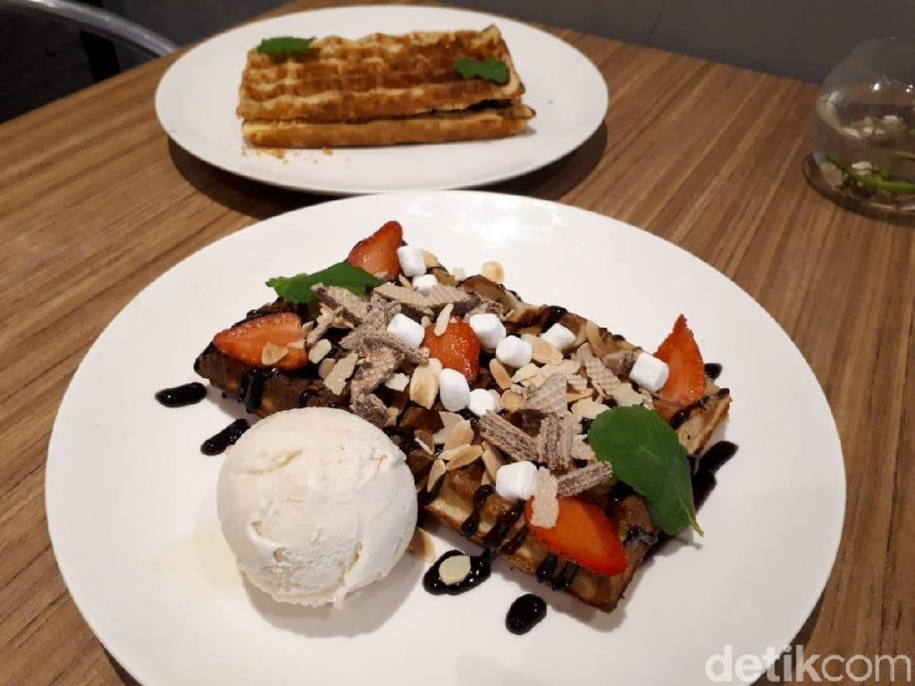 Prince House: Ngemil Belgian Waffle Bertopping Strawberry hingga Smoked Beef