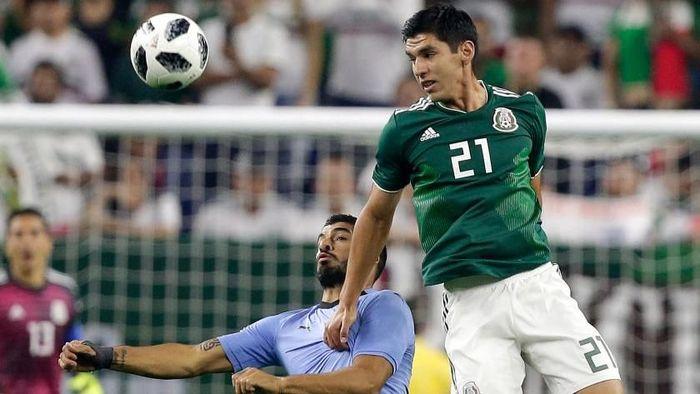 c92ec7972 Luis Suarez mencetak dua gol dan satu assist dalam partai Meksiko vs  Uruguay (Foto