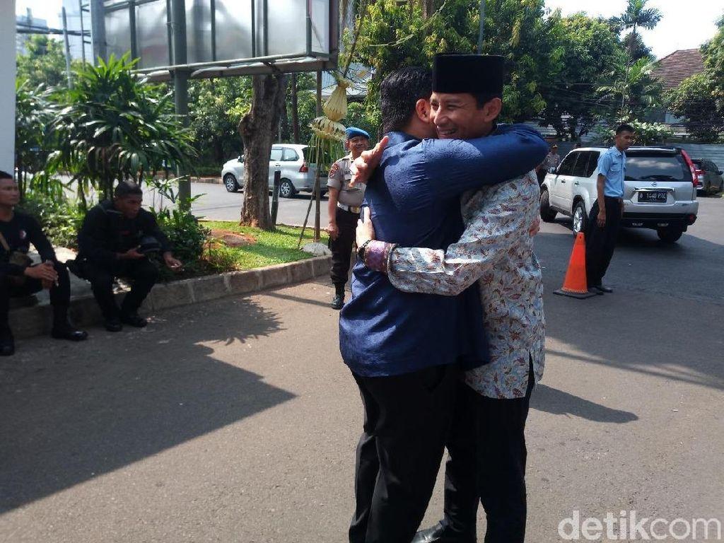 Foto: Momen Erick Thohir dan Sandiaga Berpelukan