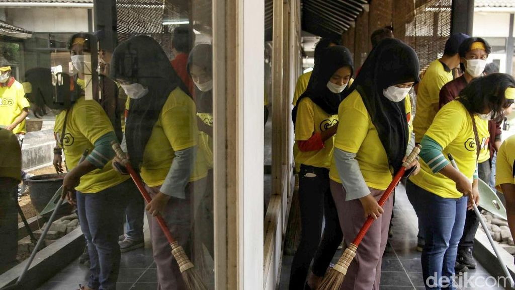 Aksi Gotong Royong Relawan Jokowi Bersih-bersih Rumah Aspirasi