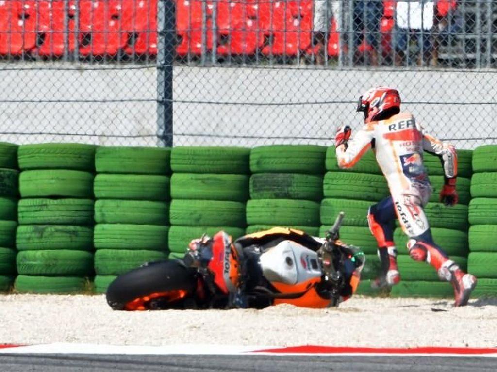 Detik-Detik Marquez Jatuh, Berlari, dan Tunggangi Motor Kedua