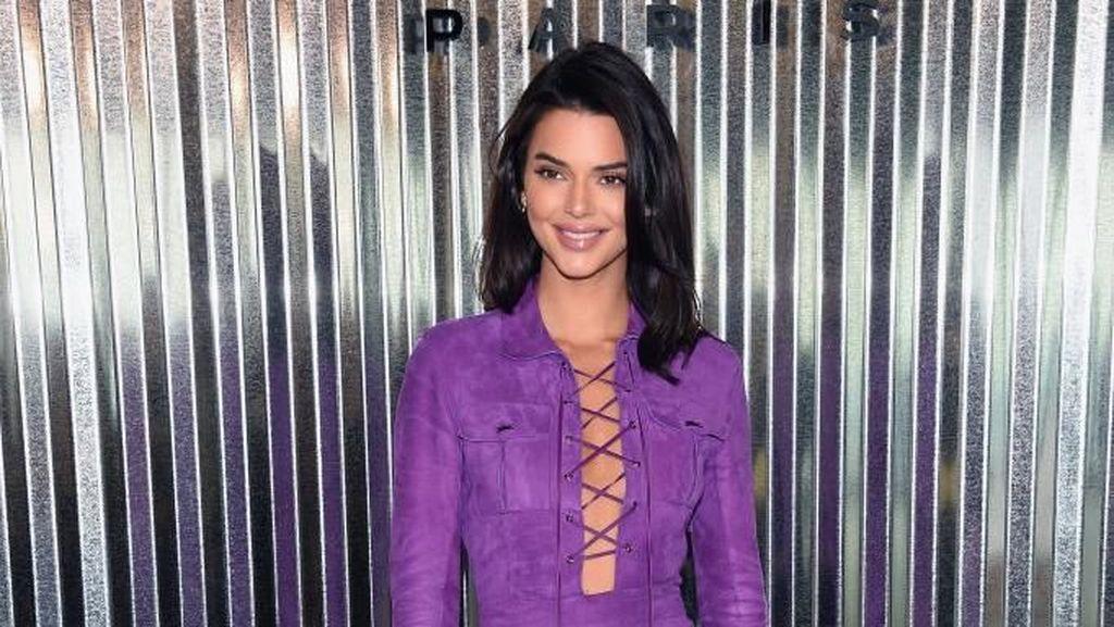 Absen di Catwalk, Kendall Jenner Stylish Jadi Tamu VIP New York Fashion Week