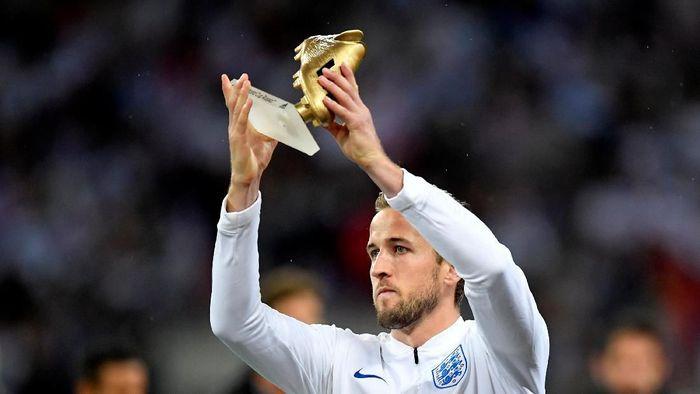 Harry Kane memamerkan trofi penghargaan sepatu emas Piala Dunia 2018 sebelum kick-off laga Inggris vs Spanyol di ajang UEFA Nations League. (Foto: Toby Melville/Reuters)