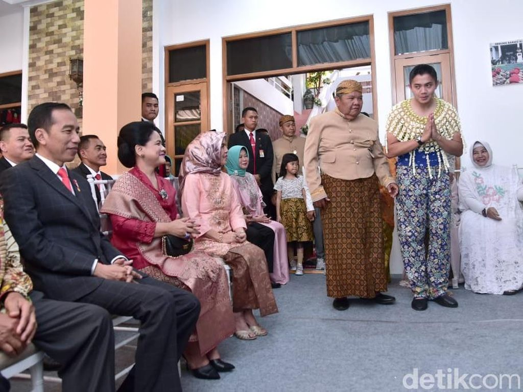 Momen Jokowi Hadiri Siraman Asisten Ajudannya