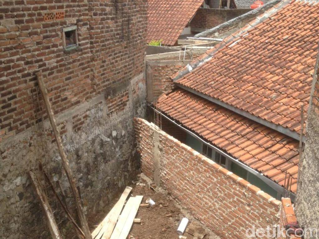 Mencari Jalan Keluar Rumah Eko yang Diblokade Tembok Tetangga