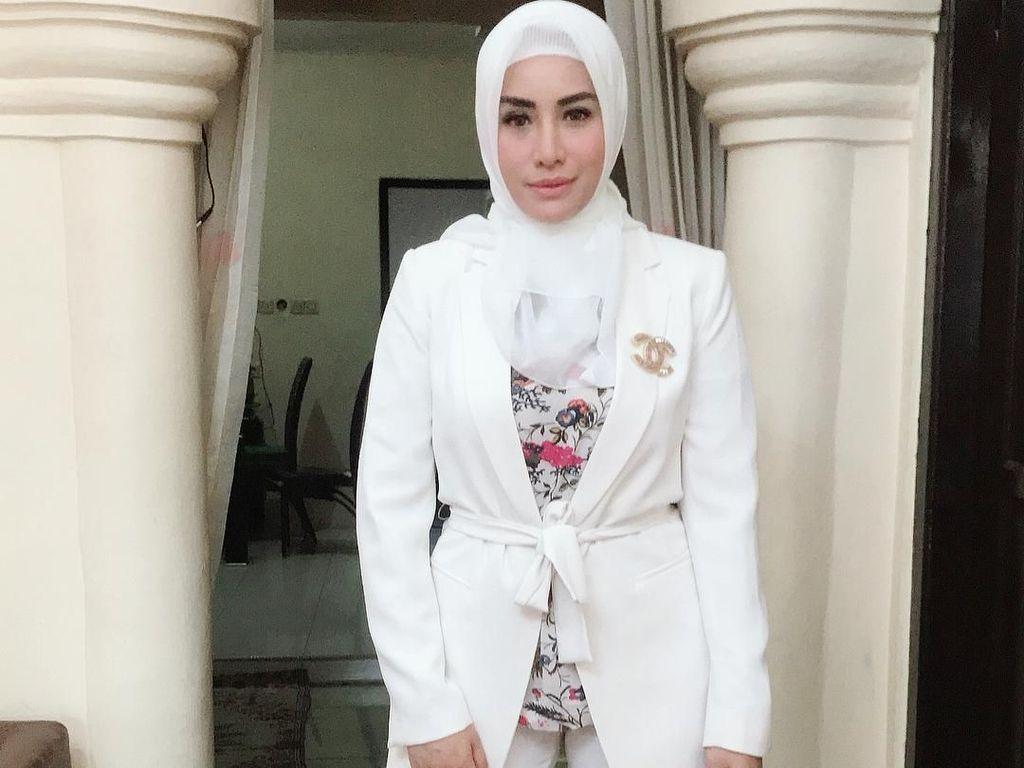 7 Gaya Hijab Glamor Shinta Bachir yang Baru Dilamar Anggota DPRD