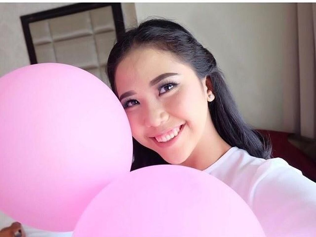 Tersihir Pesona Tania, Pilot Cantik Indonesia yang Senyumnya Bikin Melayang