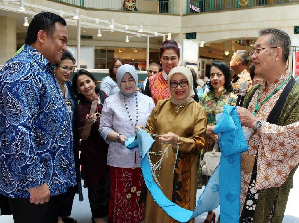 Mufidah Jusuf Kalla Tinjau Pameran Wastra Indonesia-Jepang