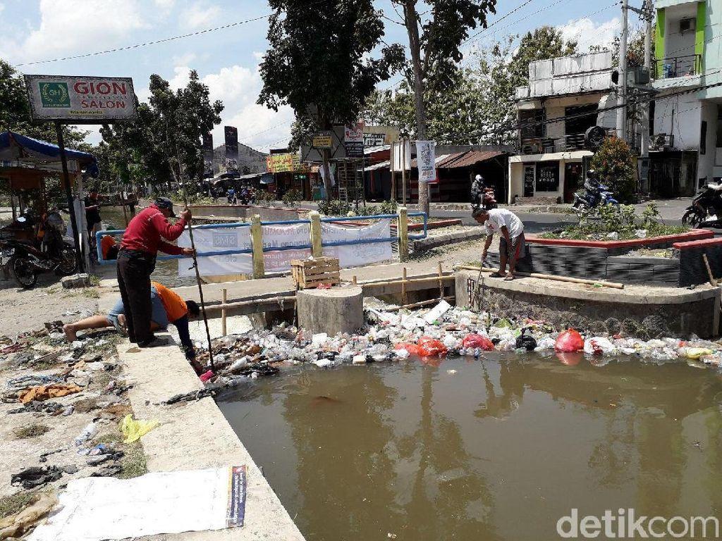 BBWSO Desak Relawan Jokowi Bersihkan Sampah di Selokan Mataram