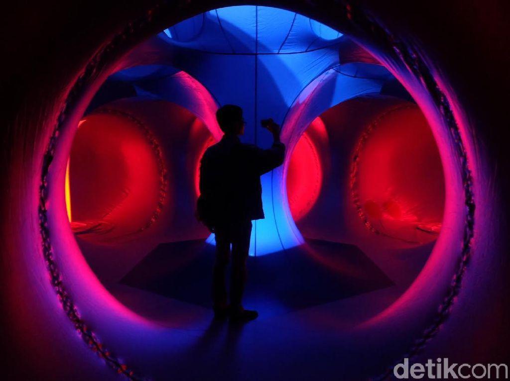 Menikmati Sensasi Lorong Balon Architects of Air di Tengah Mal