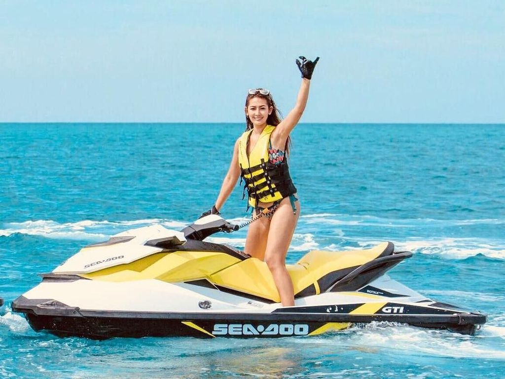 Foto: Aksi Menantang Maria Selena Main Jet Ski