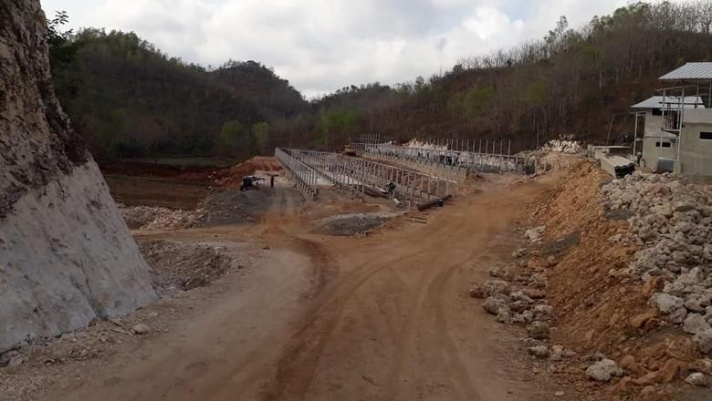 Pembangunan peternakan ayam di Geopark Gunung Sewu yang membabat bukit karst (Istimewa/Cahyo)