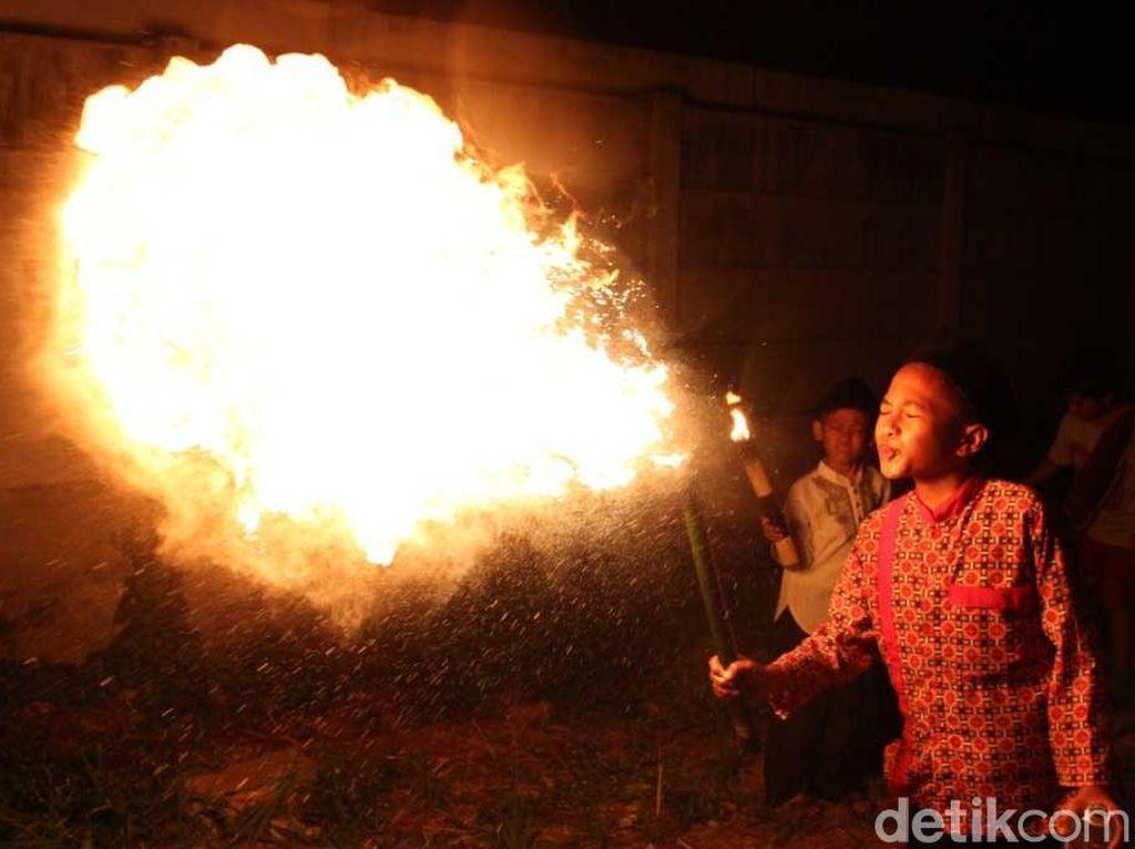 Atraksi Sembur Api Warnai Pawai Obor Tahun Baru Hijriah