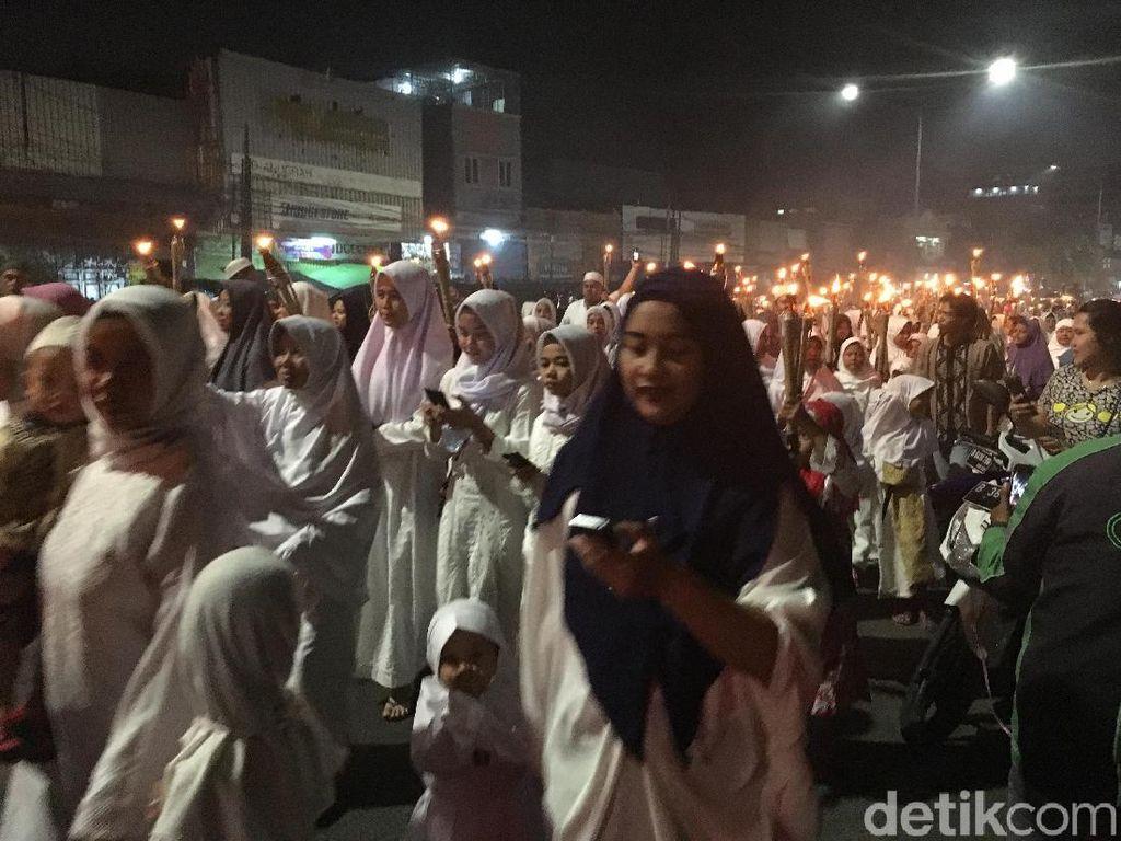 Pawai Obor Tahun Baru Hijriah Penuhi Jalan Kampung Melayu
