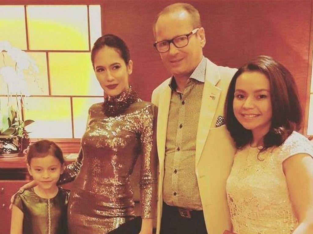 Kaki Ayah Pevita Pearce Diamputasi, Netizen Ikut Sedih