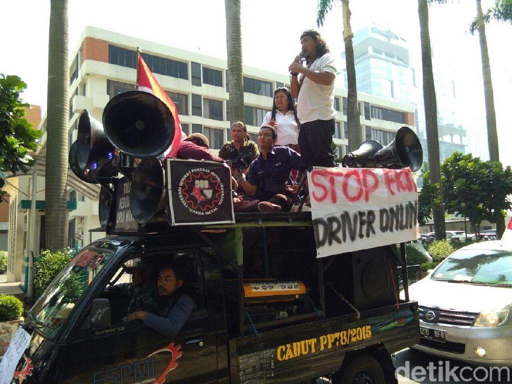 Driver Taksi Online Demo Kantor Grab di Lippo Kuningan