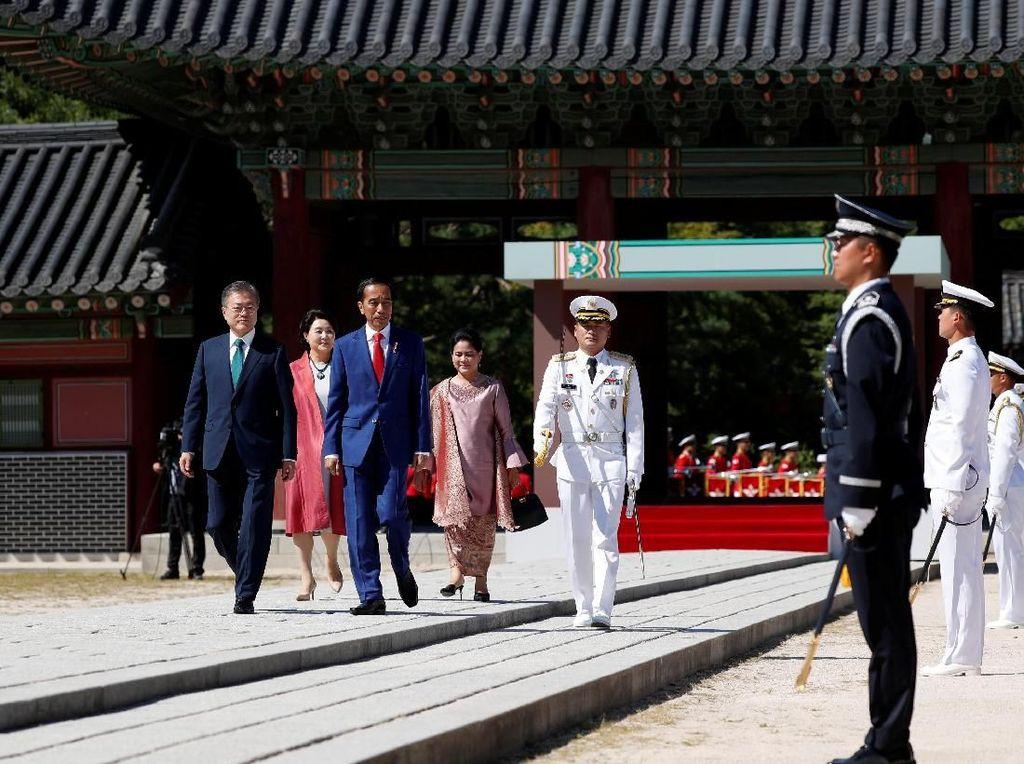 Momen Jokowi Disambut Bak Raja Korea di Istana Changdeokgung