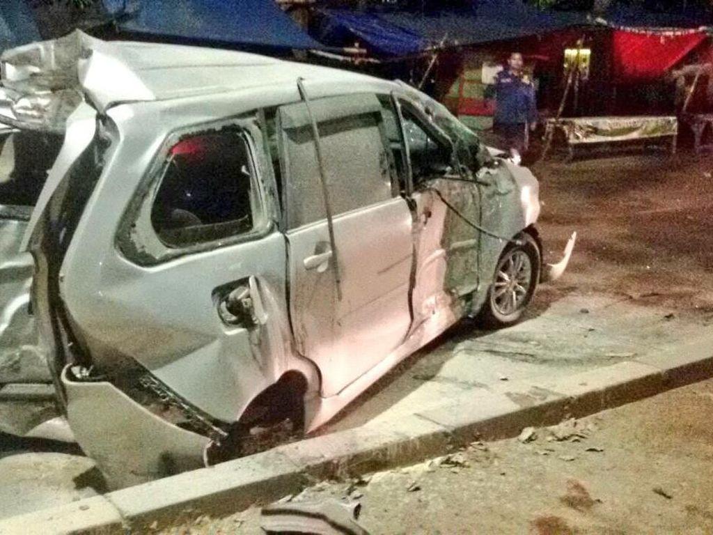 Mobil Tabrak Pembatas Jalan di Jakut, Satu Orang Tewas