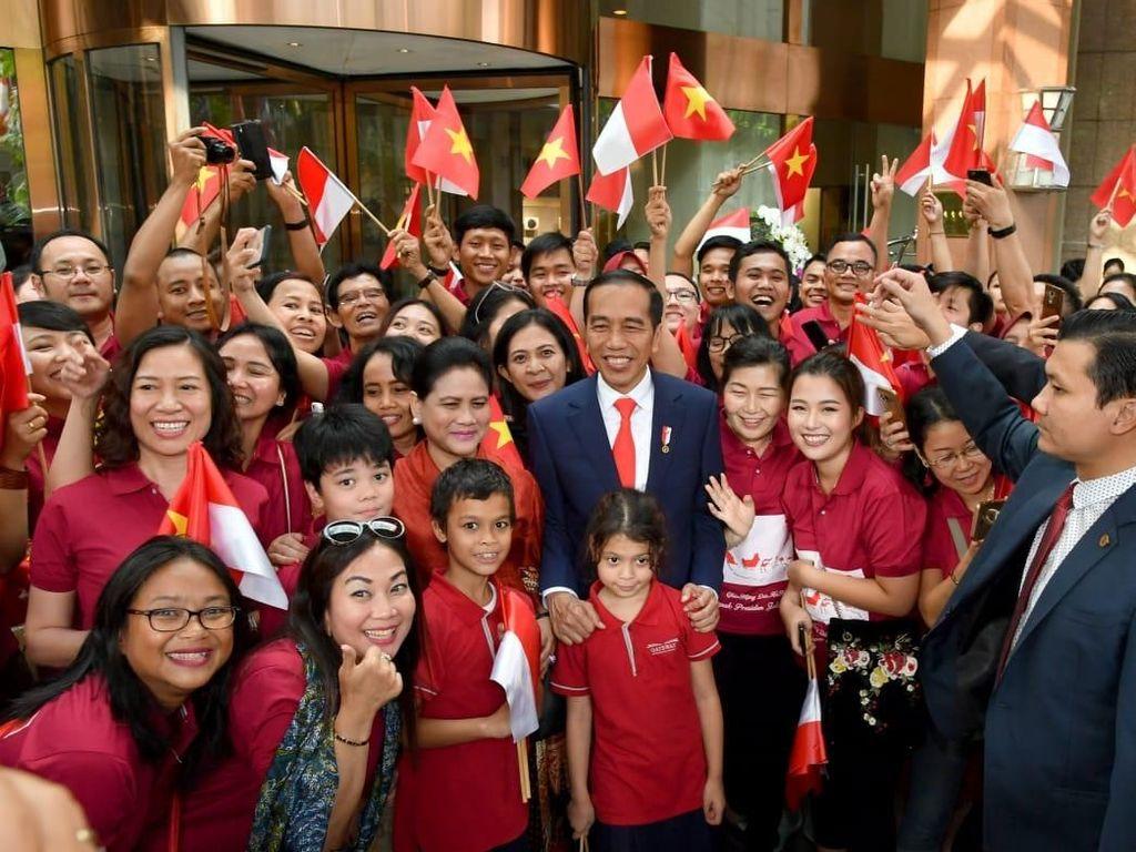 Tiba di Hanoi, Jokowi Disambut WNI Berkaus Merah dan Gambar Peta RI