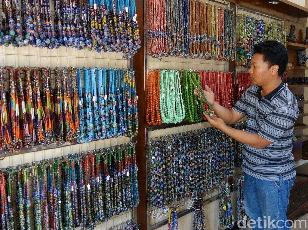 Dolar Melambung Jadi Berkah Pengrajin Manik-manik di Jombang
