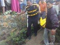 Petugas membawa jenazah Ella.