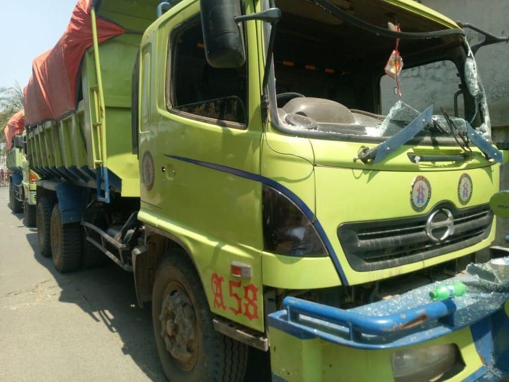 Buntut Pemotor Tewas di Kalideres, Massa Ngamuk dan Rusak 7 Truk