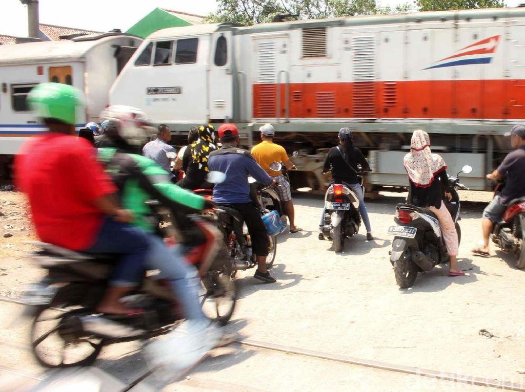 Ngeri! Begini Penampakan Perlintasan Kereta Tanpa Palang di Jakarta
