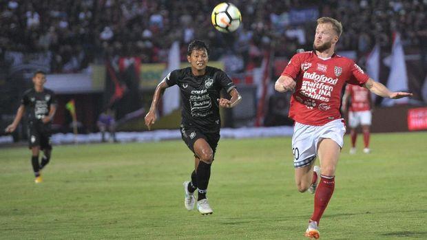 Melvin Platje mencetak dua gol ke gawang Mitra Kukar.