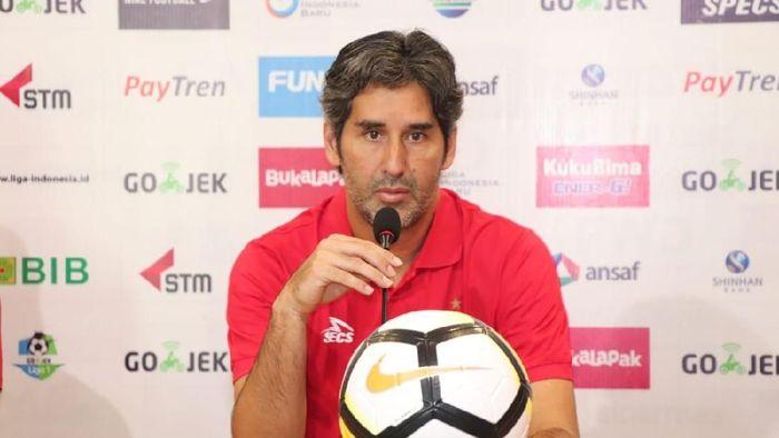 Pelatih Persija Jakarta, Stefano Cugurra Teco, dalam konferensi pers jelang laga melawan Borneo FC. (Foto: dok. Persija Jakarta)
