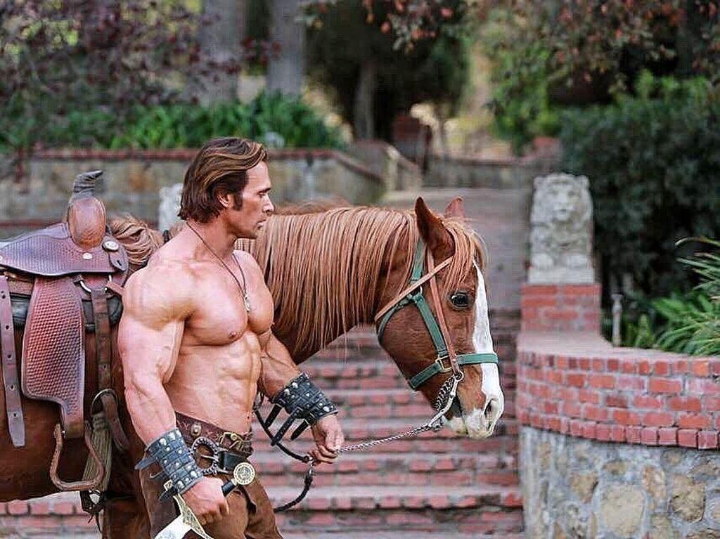 Hot! Intip Otot Kekar Aktor dan Binaragawan Mike OHearn