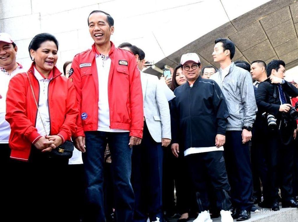 Berjaket Merah, Jokowi dan Iriana Blusukan ke Sungai Cheonggyecheon