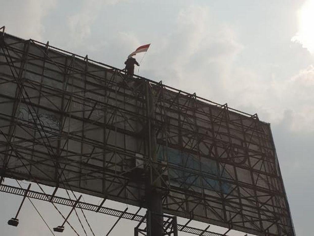Tak Juga Turun, Agustinus Sudah Bertahan 15 Jam di Baliho