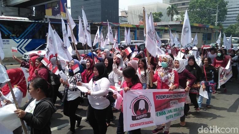 Ibu-ibu Ini Demo di Bawaslu, Minta Politisasi Emak-emak Disetop