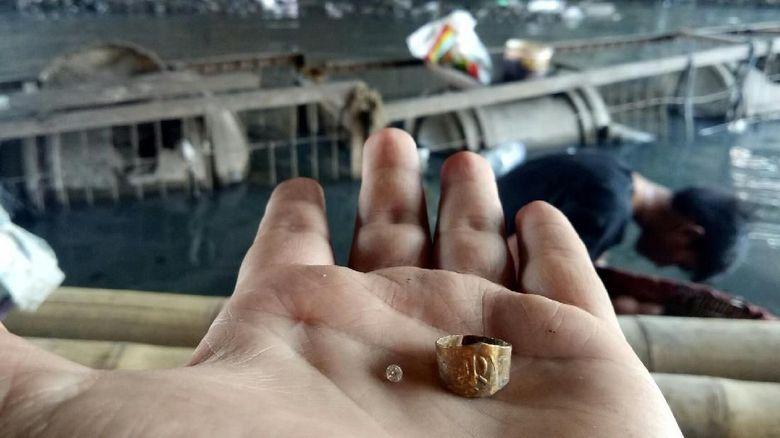 Penemuan Cincin Emas di Dalam Harta Karun Sriwijaya oleh Warga Palembang