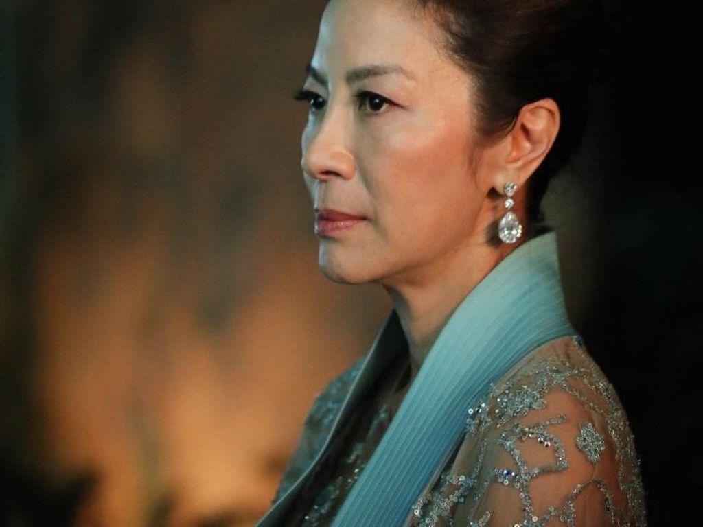 Michelle Yeoh Kenakan Cincin Crazy Rich Asian di Golden Globe