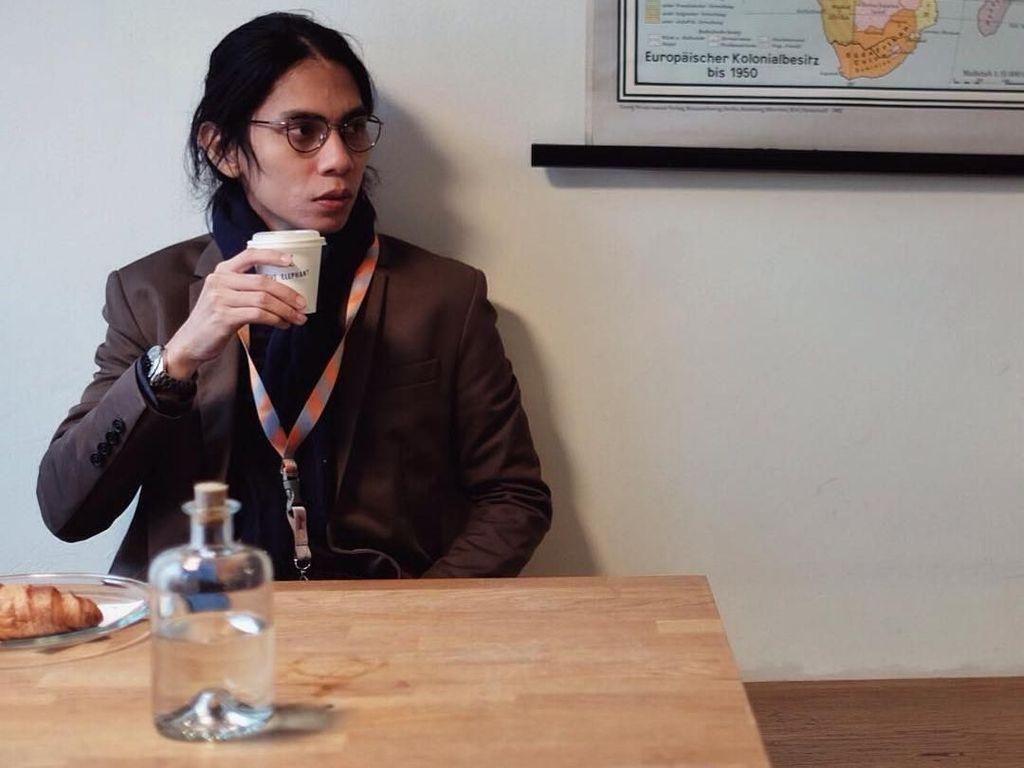 Bagi-bagi Kopi ke Polisi Aksi 22 Mei, Angga Sasongko Dipuji Netizen