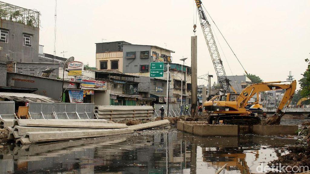 Cegah Banjir, Pemasangan Turap Kali Krendang Dikebut
