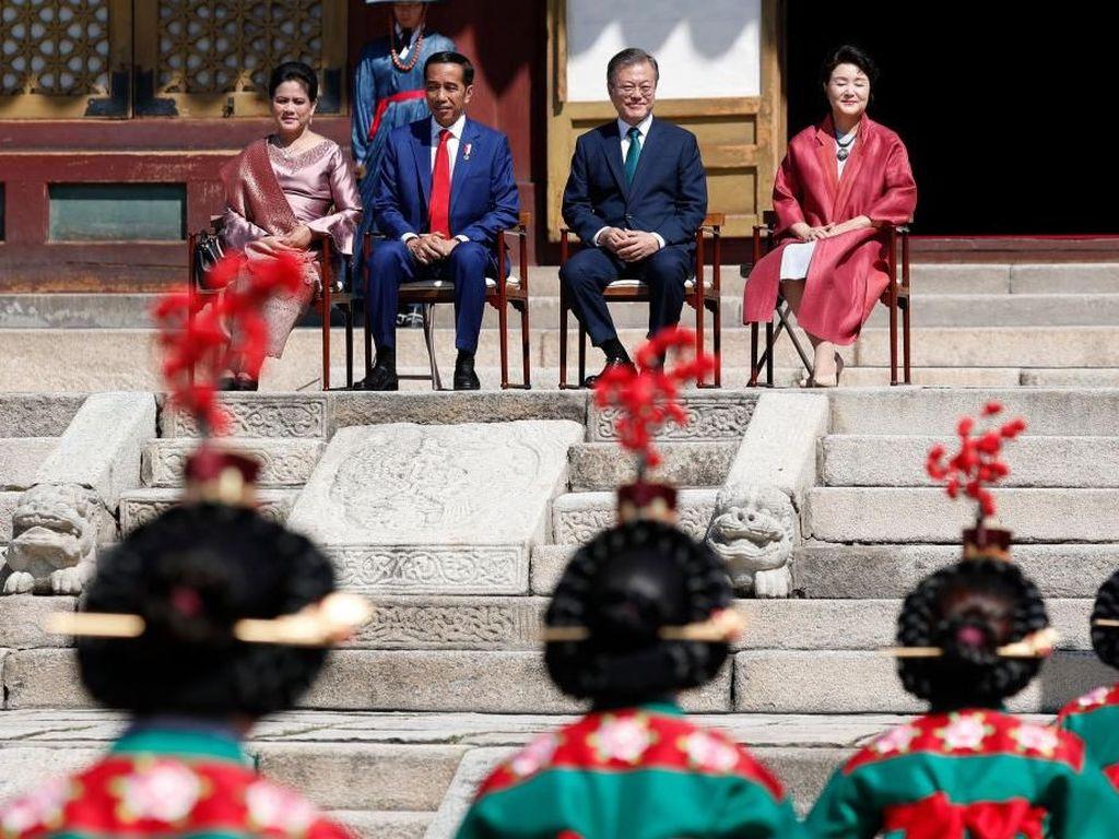 Foto: Sambangi Korea, Iriana Jokowi Anggun Berbalut Kebaya
