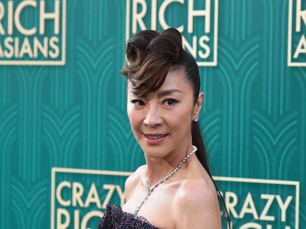 Foto: Pesona Michelle Yeoh yang Tak Pudar di Usia 56