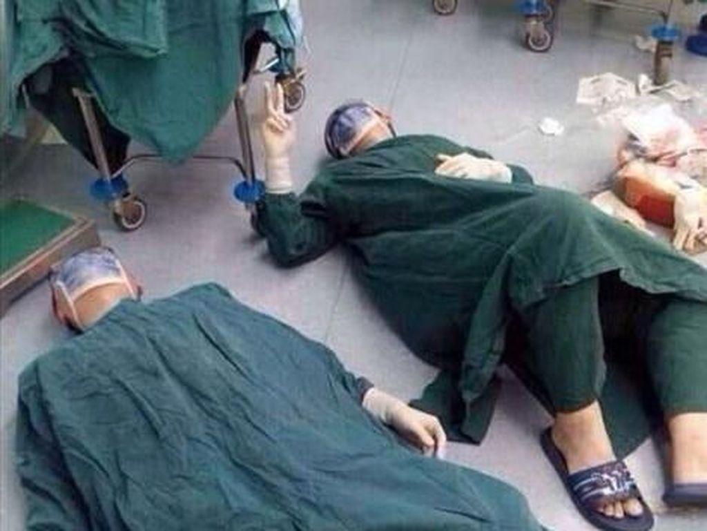 Momen Haru Wajah Para Dokter di Dunia yang Kelelahan Bekerja