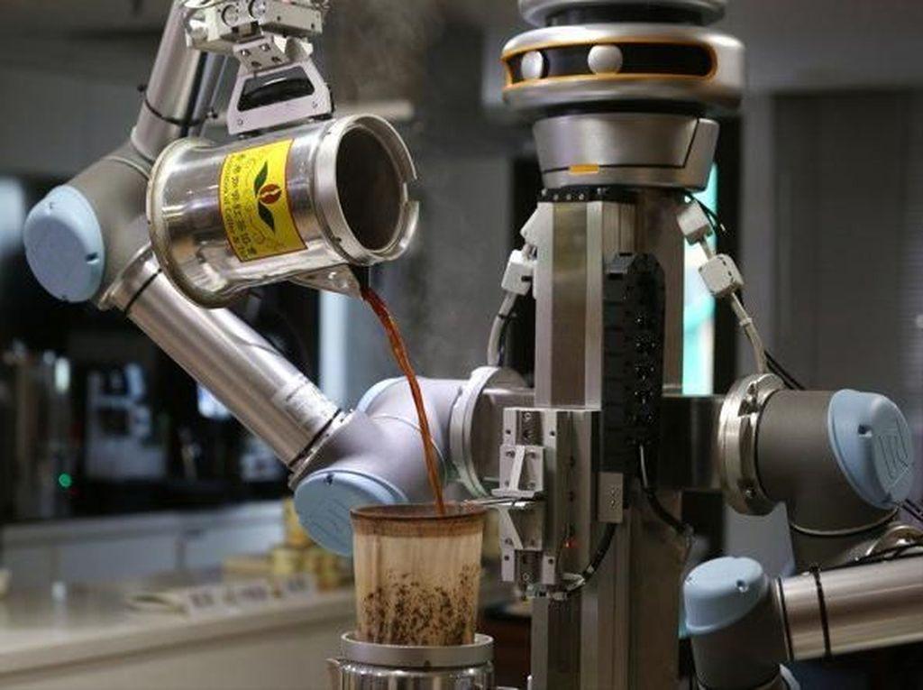 Robot Canggih Ini Bisa Buat Milk Tea ala Hong Kong dengan Cepat