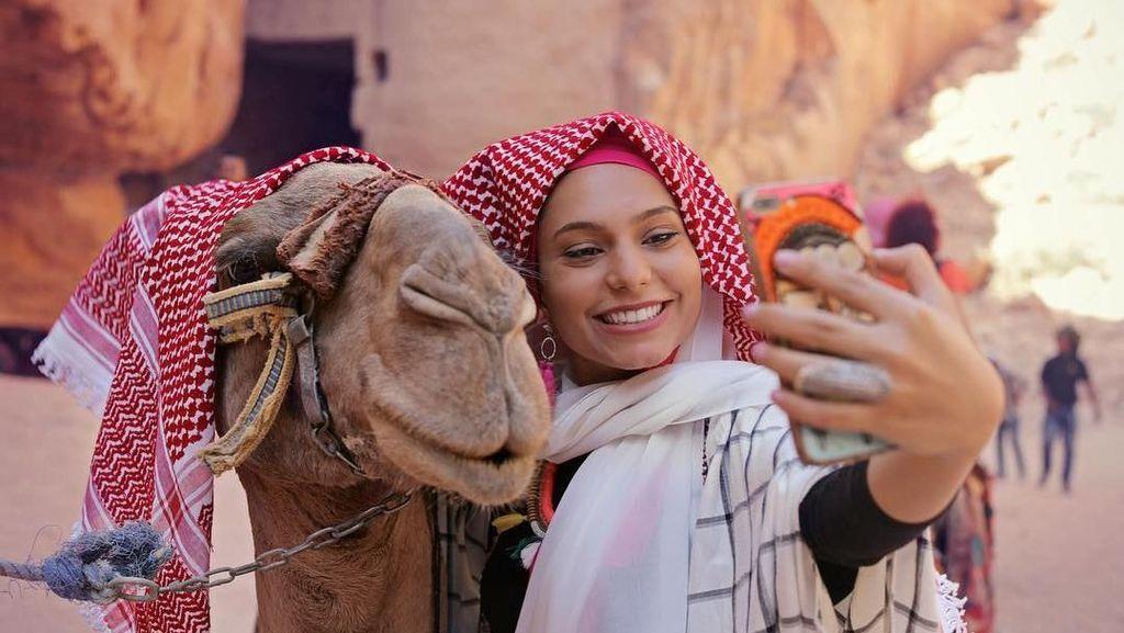 Potret Liburan Hijaber Cantik Dubai, Haifa Beseisso