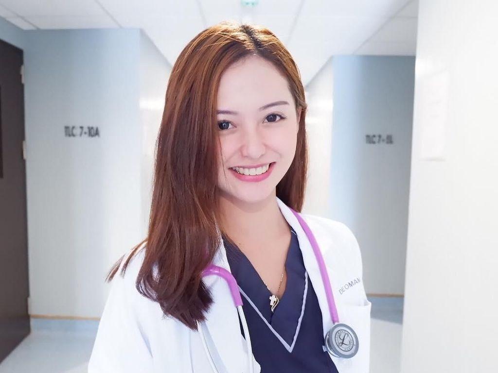 Foto: Dokter Sunat Tercantik di Filipina yang Suka ke Pantai