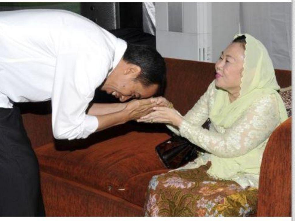 Membandingkan Momen Cium Tangan Jokowi dan Prabowo