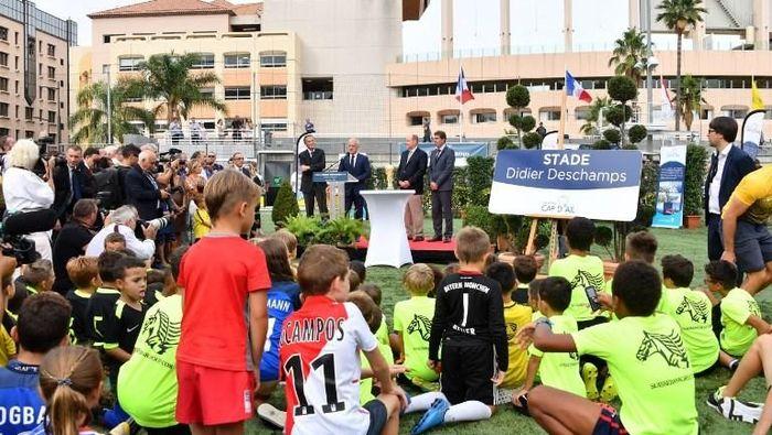 Stadion itu sendiri berjarak sangat dekat dengan markas AS Monaco, Stade Louis II dan berkapasitas sekitar 3.000 penonton. Ini adalah koleksi stadion kedua Deschamps, setelah namanya lebih dahulu dijadikan nama sebuah stadion di kampung halamannya di Bayonne. (Foto: Yann Coatsaliou/AFP Photo)