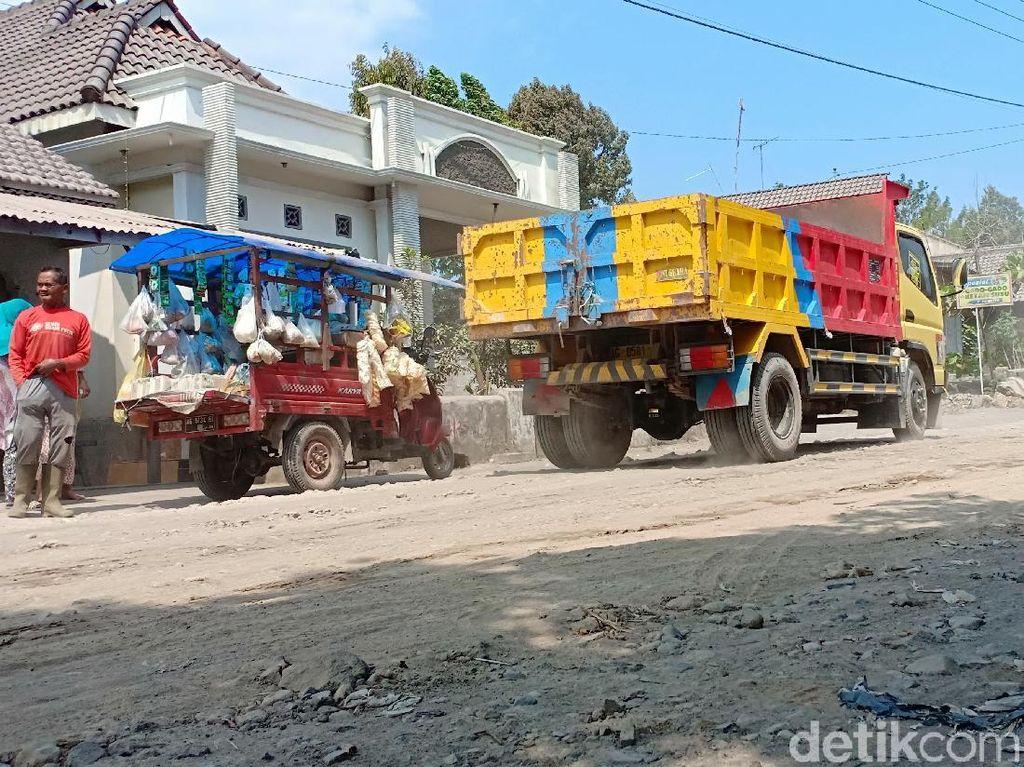Gara-gara Truk Pasir, Jalan Desa di Kediri ini Berlubang dan Berdebu