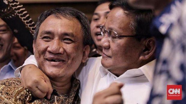 Andi Arief saat dirangkul Prabowo.
