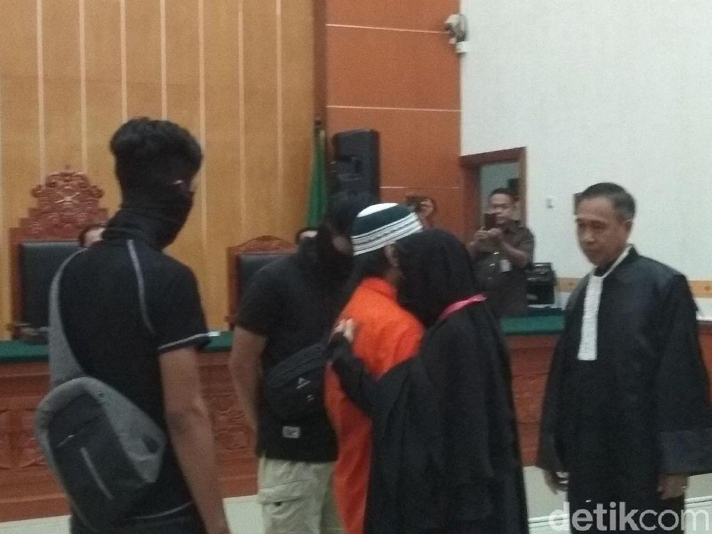 Jalani Sidang Vonis, Provokator Rusuh Mako Brimob Dipeluk Istri