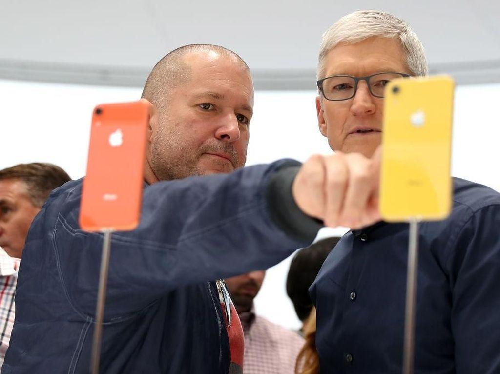Penampakan Bos Apple Inspeksi iPhone Murah