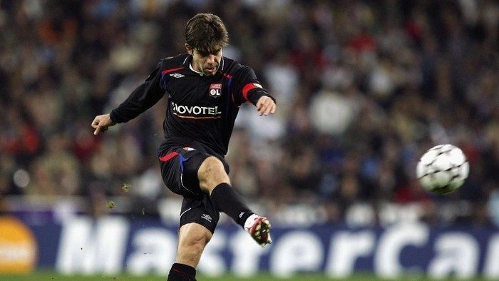 MADRID, SPAIN - NOVEMBER 21:  Juninho Pernambucano of Lyon takes a free kick during the UEFA Champions League Group E match between Real Madrid and Olympique Lyon at the Santiago Bernabeu stadium on November 21, 2006 in Madrid, Spain. The match ended a 2-2 draw.  (Photo by Denis Doyle/Getty Images)